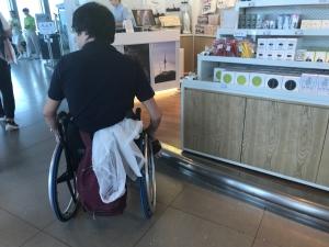 お土産売り場に段差があって、車椅子が入れない