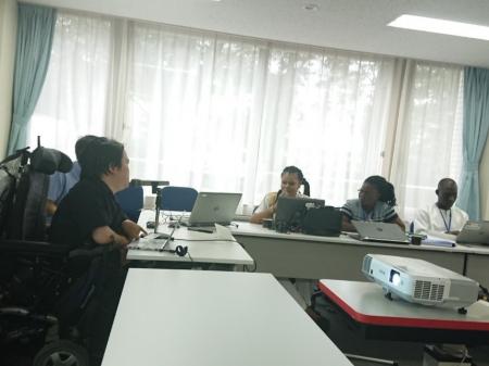 熊谷晋一郎さんの講義を聞く研修員