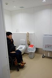 一般トイレにある多目的トイレ