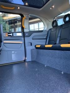 車内の様子。広々としており、運転手と助手席の後ろの足元にスペースがあり、車いすで回転しやすい。