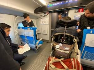 東海道新幹線N700Sの車写真:椅子スペース等の視察の様子
