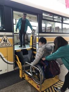 車いす参加者用に準備されたリフト付きバス