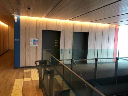 木目調のきれいな多機能トイレの入口