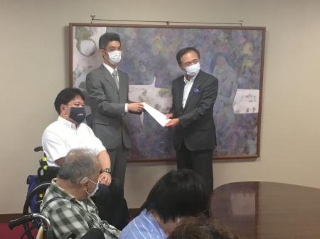 写真:黒岩知事、育成会の又村さん、DPI佐藤。要望書手交の様子。