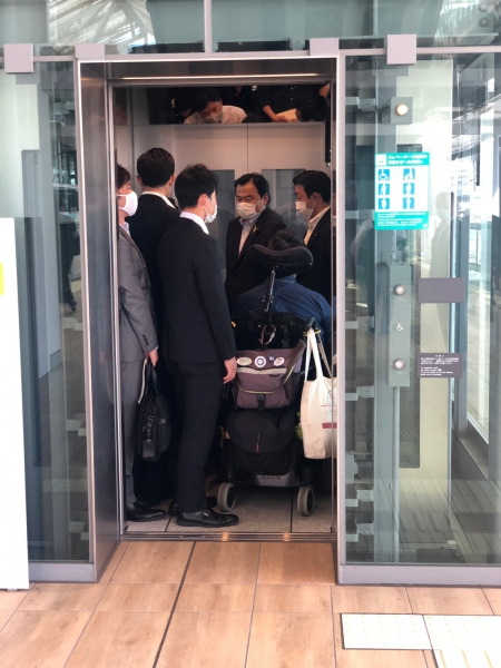 視察メンバーで実際にエレベーターに乗り込んでいる様子
