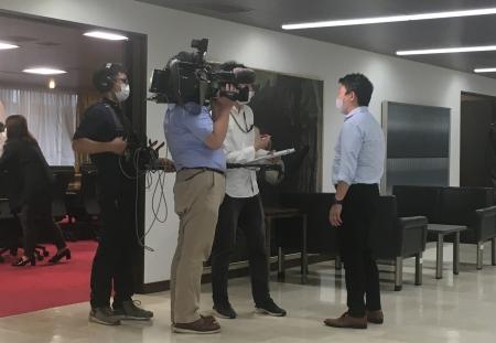 写真:NHKから取材を受けるDPI崔。下記ニュース記事に掲載されています。