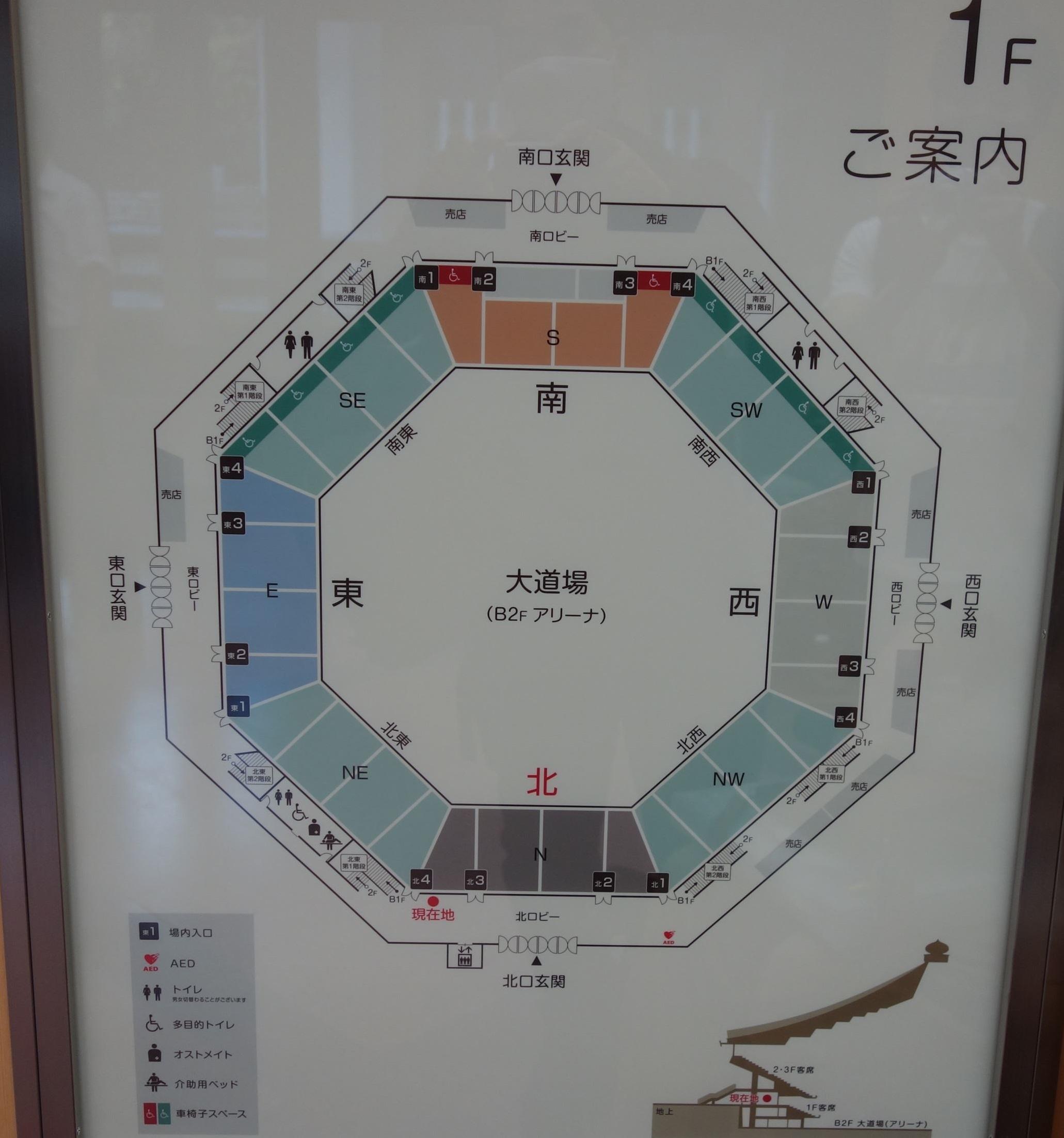 1階の席図です。写真上の南東(SE)、南、南西(SW)に車椅子マークがあり、そこが全部車椅子用席です。コンサートの場合は、ステージは写真下の北という文字のあたりになりますので、車椅子用席は正面で非常に見やすいです