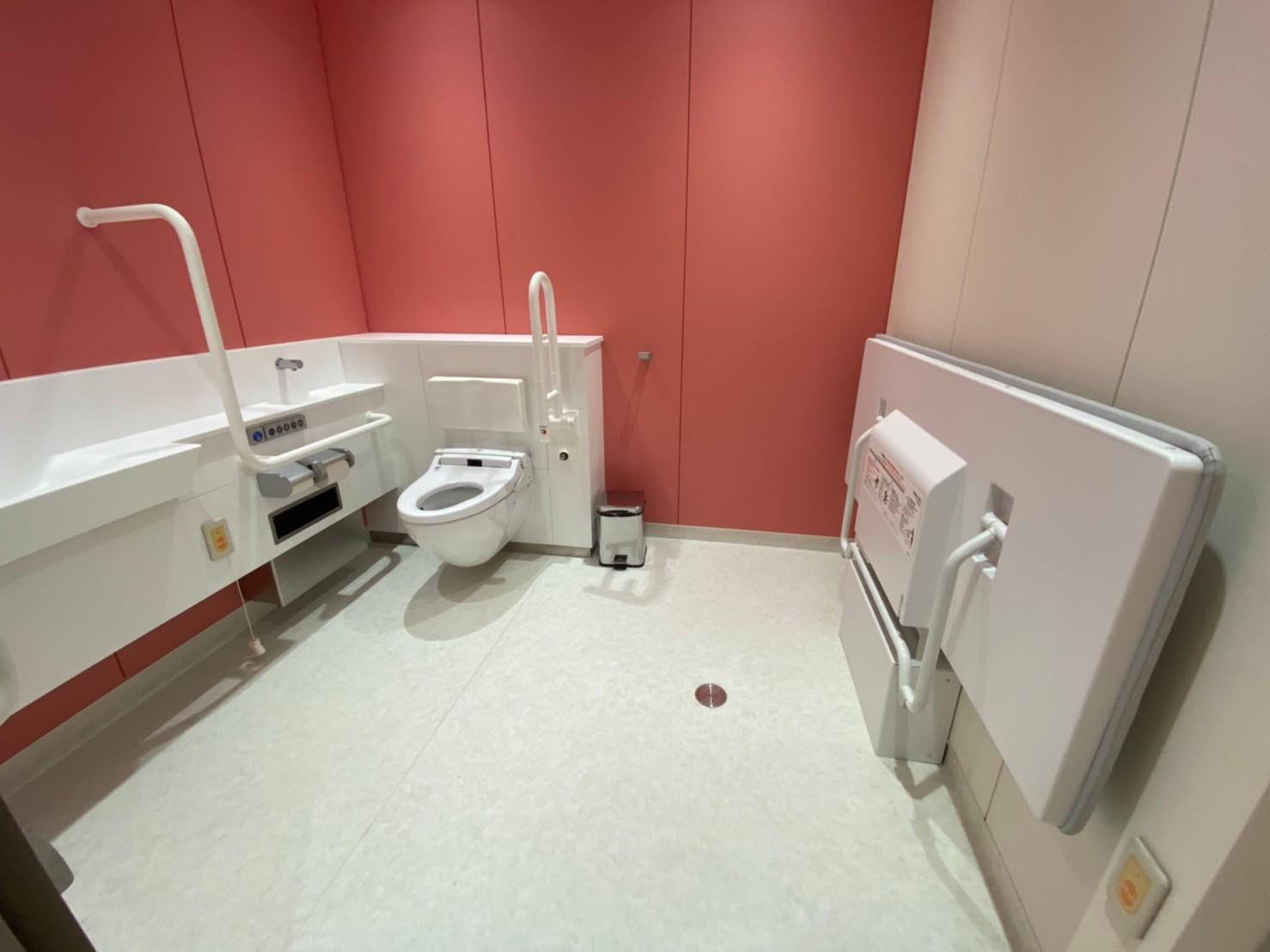 多目的トイレ1。ベッドもあり広いです