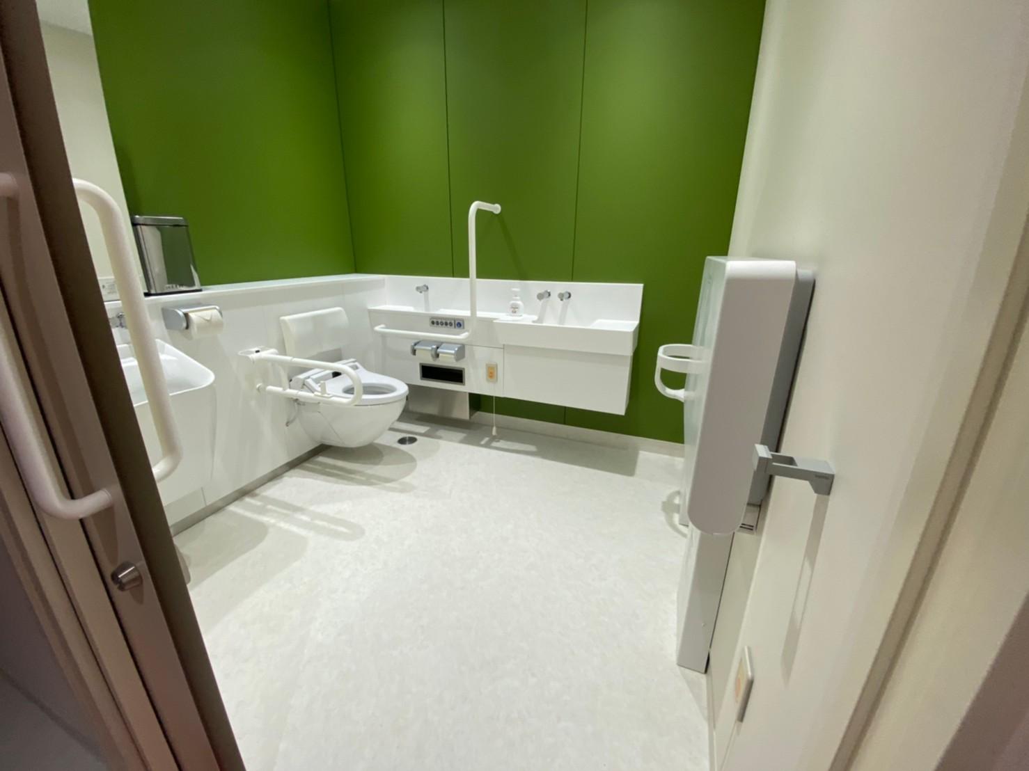 多目的トイレ2。標準的な広さの多目的トイレです