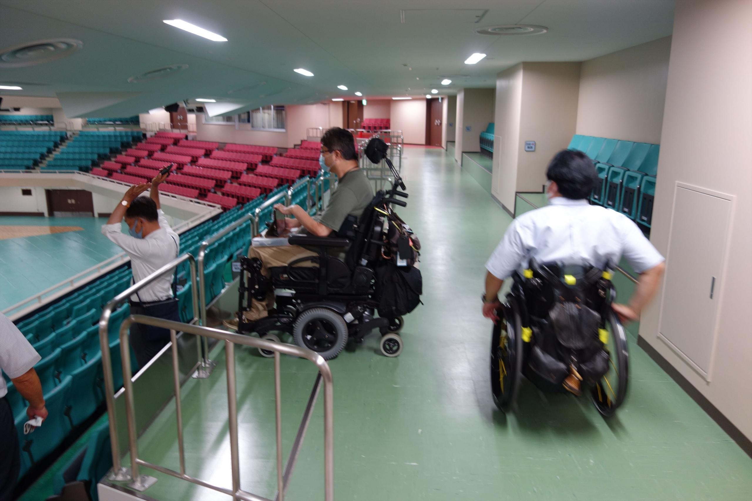車椅子席の後ろの通路も広く、車椅子での出入りがスムーズに出来ます