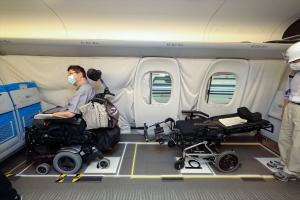 電動車いす(全長1200mm)+ストレッチャー型車椅子(全長1900mm)が縦列に並んでいる様子