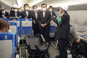 車両内の写真中央に呼吸器ユーザーの車椅子が写っている