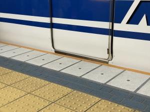 新幹線車両とホームに隙間がない様子