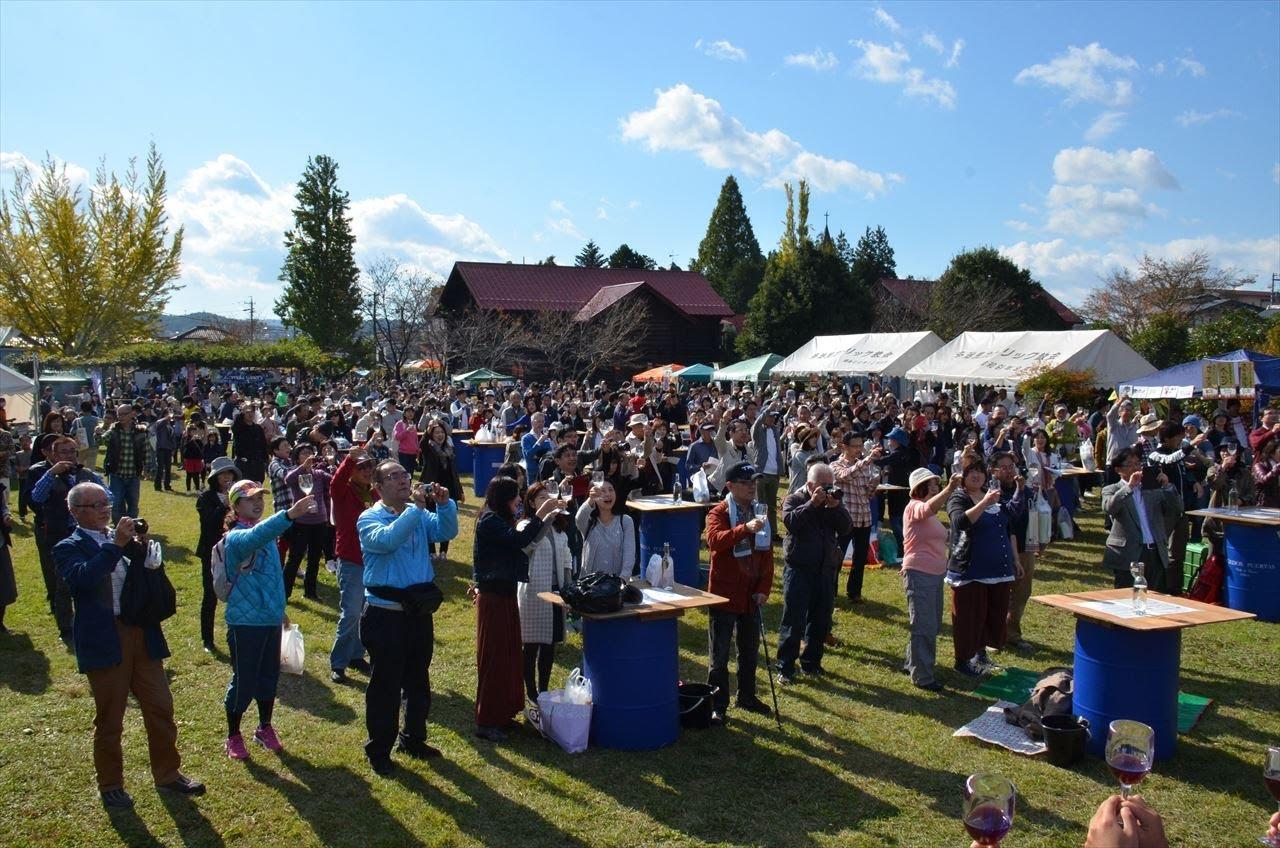 AJUワインフェスタin多治見修道院 たくさんの人が参加している様子