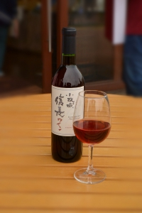 信長ワイン赤のボトルとワイングラス