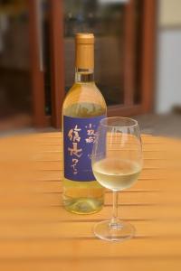信長ワイン白のボトルとワイングラス
