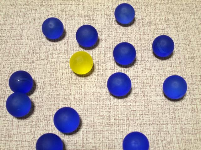 たくさんの青いボールの中に、黄色いボールが1つだけある画像