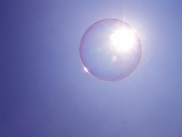 太陽に反射するシャボン玉