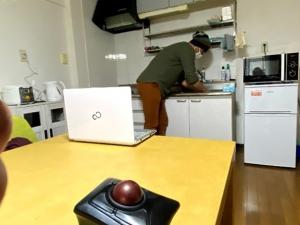 介助者が台所で作業する様子