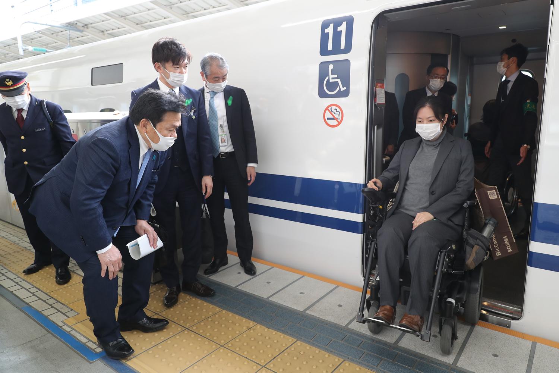 東京駅で車いすユーザーが新幹線から降りている様子