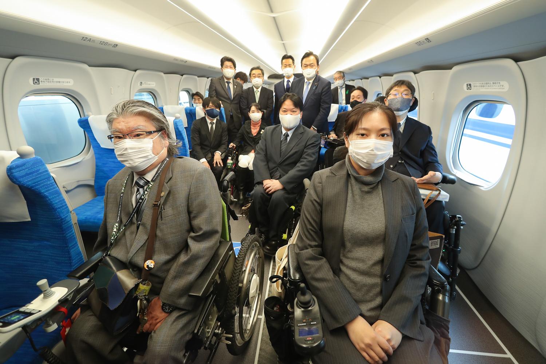 新幹線の中で集合写真