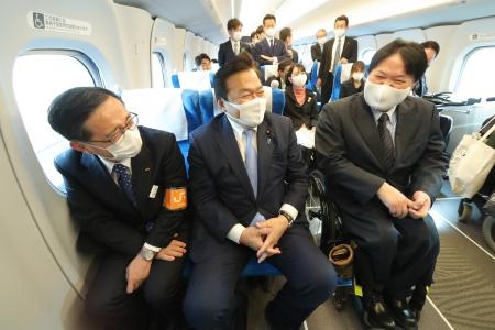 4月15日の新幹線試乗時、JR東海の金子社長、赤羽大臣、佐藤の並んで談笑している写真