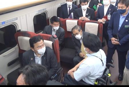 左赤羽大臣、奥が朝日政務官、お隣(私の手前)深澤JR東社長