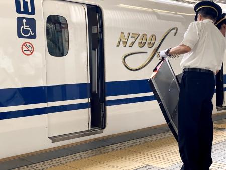 駅に到着した新幹線