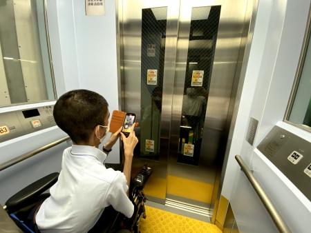 斜行エレベーター内部を撮影する白井