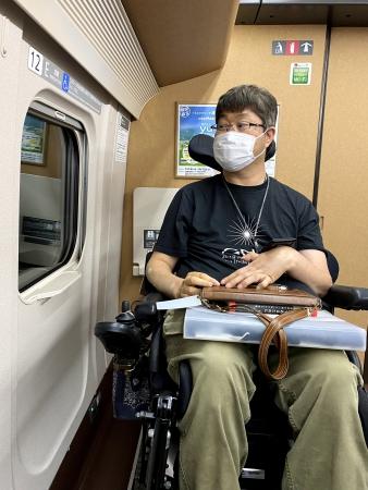 ▲写真:車窓の景色を車いすに乗ったまま楽しんでいる様子。
