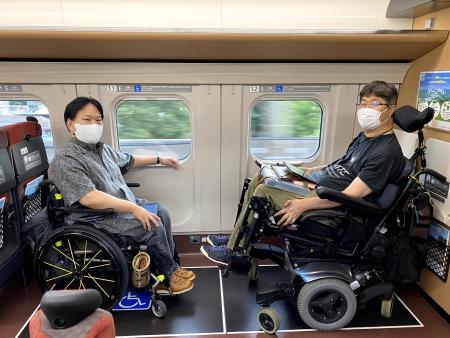 ▲写真:車椅子ユーザー同士で向かい合い座っている様子