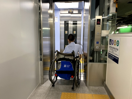斜行エレベーターに乗り込む白井