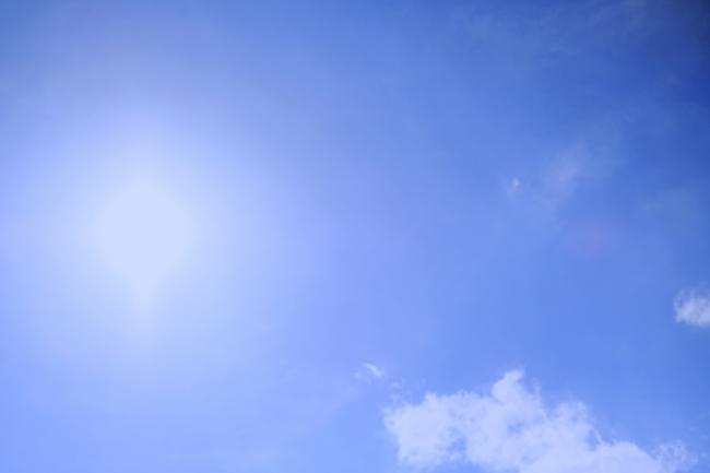 青空とおぼろげな太陽