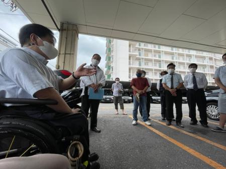 乗務員さんの前で挨拶をしている佐藤事務局長と木村社長