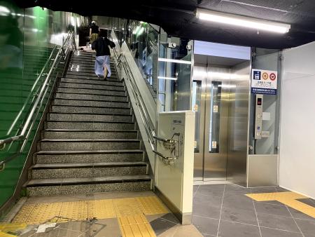 階段横の徐行エレベーター