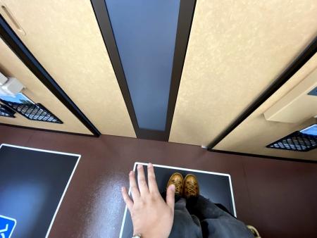 ▲写真:自動ドアのセンサー。