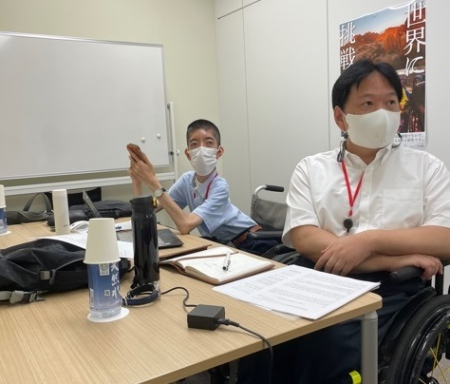 外務省で会議に臨む佐藤と白井